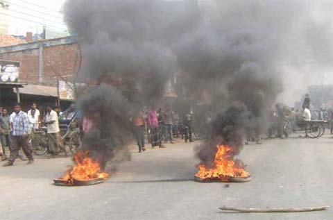 Dhaka-Dinajpur highway at Phulbari blocked again