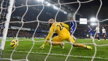 Leaders Chelsea strike late to beat Everton