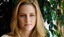 Kristen Stewart \'doesn\'t care\' about Robert Pattinson\'s engagement