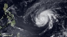 Typhoon intensifies, closes in on Philippines\' northern tip