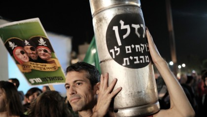 Thousands of Israelis protest against gas deal