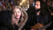 Madonna performs impromptu Paris gig