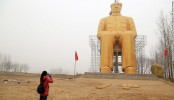 China: Villagers erect giant gold Mao statue