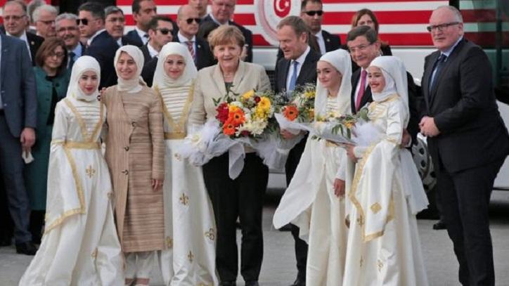 Migrant crisis: Merkel and EU officials visit Turkey camp