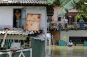 Boats deliver aid, pick up sick in flooded Sri Lanka capital