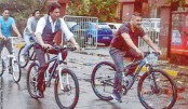 Shahrukh, Salman enjoy bike ride together