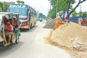 Construction materials hinders Pedestrian movement in Mujgunni road