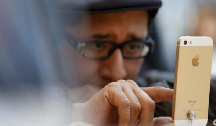 Apple sees iPhone sales drop again