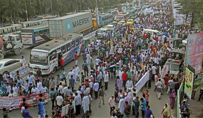 PM returns to tumultuous mass reception