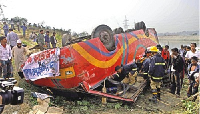 Three killed after bus turned turtle in Chatak
