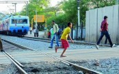 Gateman rescues youth lying on train tracks at the last second in Narayanganj (Video)
