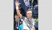 Federer fires on return