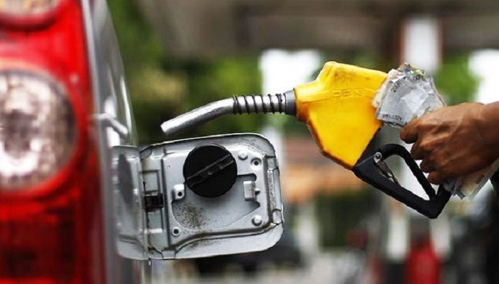 Oil prices rise on weaker dollar