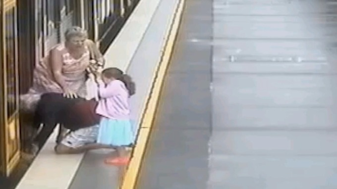 Horrifying footage shows toddler falls into gap between train and platform (Video)