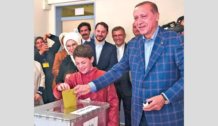 Turkey votes for its future  in referendum battle