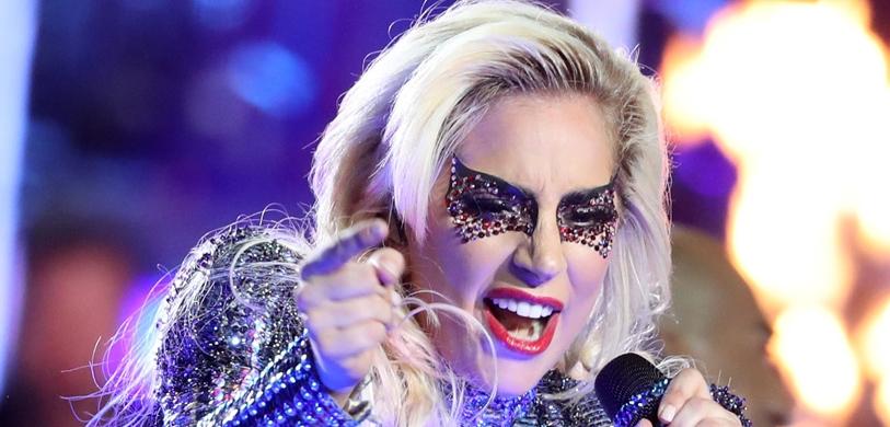 Lady Gaga, sensual and acrobatic, debuts song at Coachella