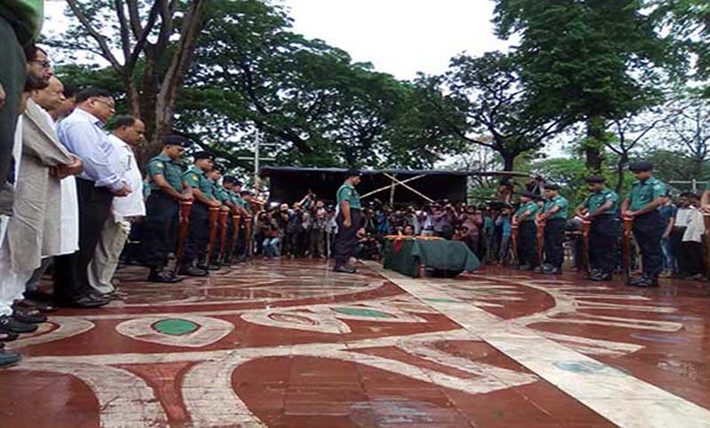 Guard of honour given to Lucky Akhand's body at Shaheed Minar
