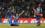 Mumbai defends 142, Dhoni hits last-ball winner in IPL