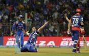 Mumbai defends 142, Dhoni hits last-ball winner in IPL