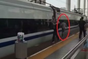 Commuter runs along with train after finger gets stuck in train door (Video)