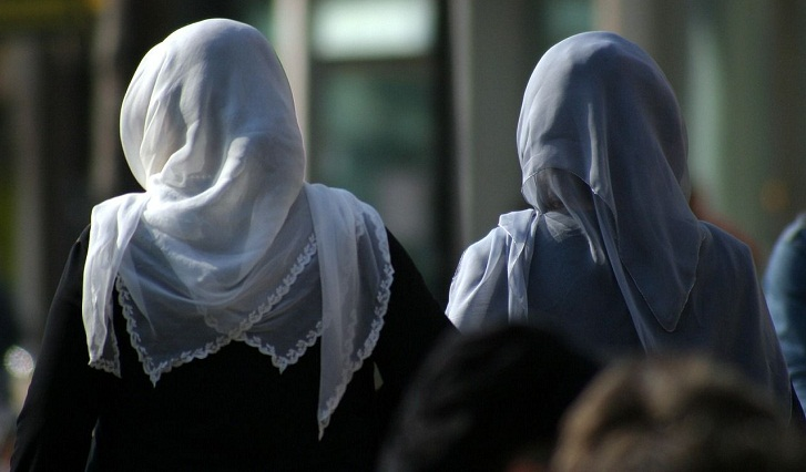 Dutch MPs oppose headscarf proposal for Amsterdam police