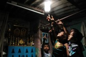 850,000 homes around the world lit up by plastic bottles (Video)