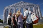 'Parthenon of Books'; monumental artwork protests censorship