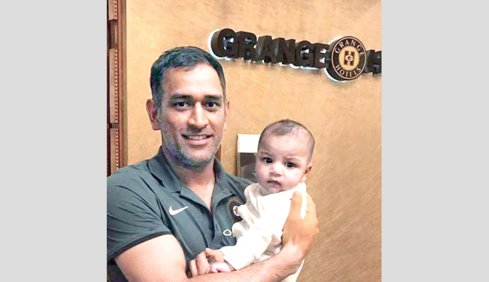 MS Dhoni gets clicked with Sarfraz's son