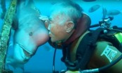 Heartwarming friendship between man and fish (Video)