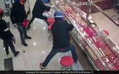 Robbers try to smash open jewellery counter, fail miserably (Video)