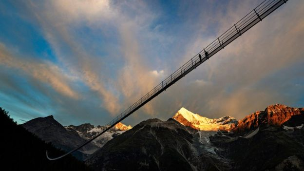 Zermatt: 'Longest' hanging pedestrian bridge opens in Switzerland