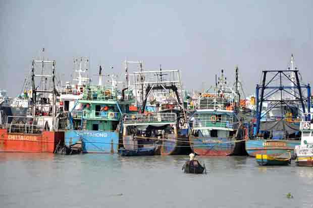 2 lighterage ships collide at Chittagong port, 13 crew rescued