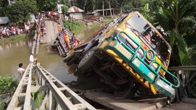Thousands suffer as Pirojpur bridge collapse snaps road links