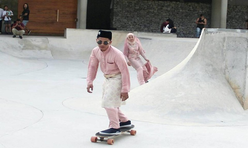 Malaysian couple celebrate their wedding by skateboarding and internet