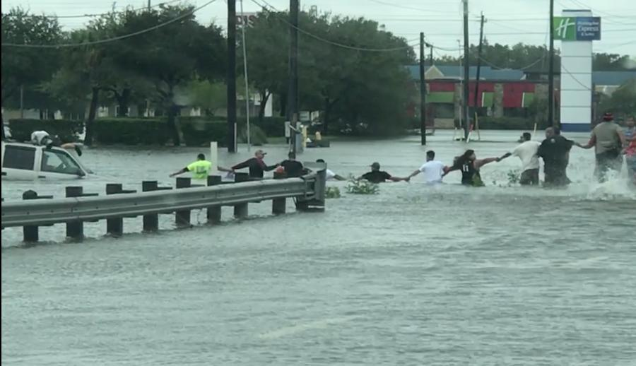 Human chain saves man trapped in car by floods in Texas (Video)