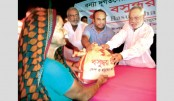 Bashundhara Group   distributes  relief in Manikganj