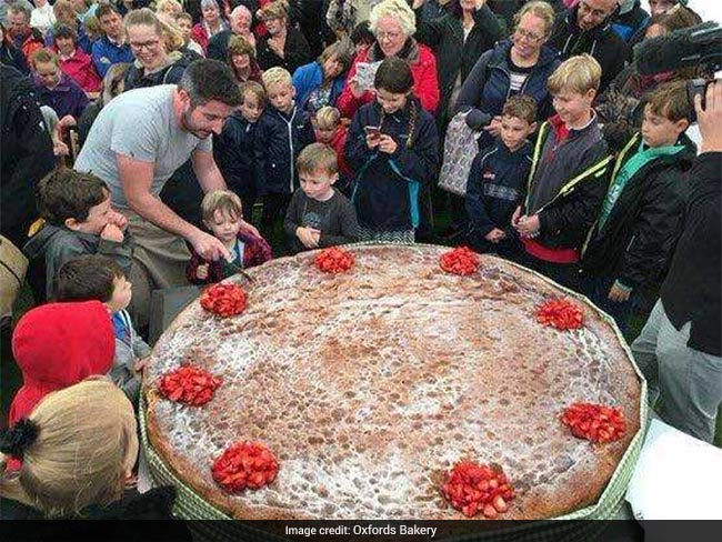 Lucky 3-year-old cuts world's biggest sponge cake on birthday