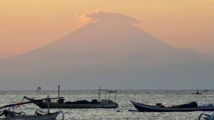 Highest alert issued for Bali volcano