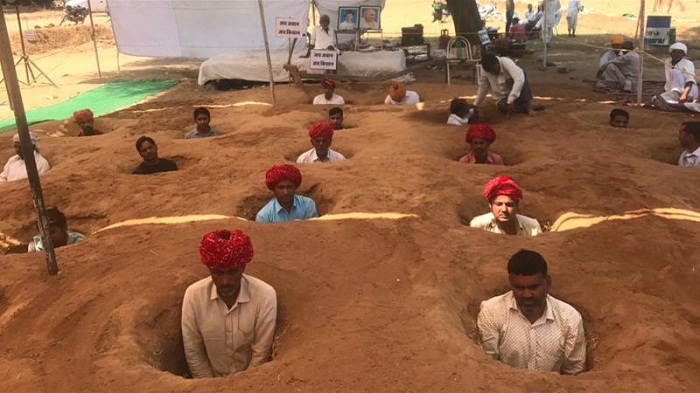 Indian farmers bury themselves protesting land acquisition