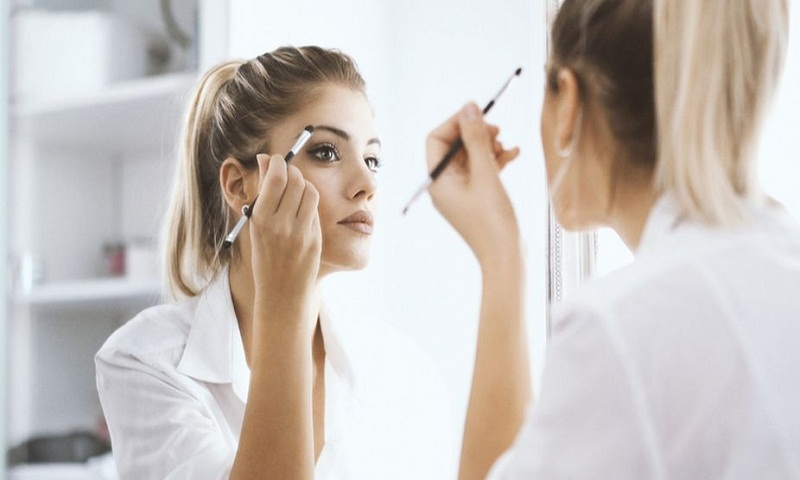 How to look gorgeous with matching eye makeup and attire