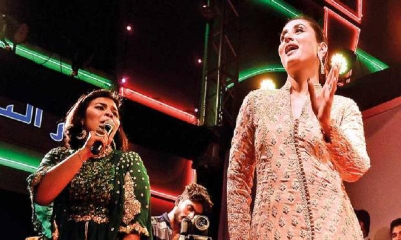Kareena Kapoor dances with fans in Dubai