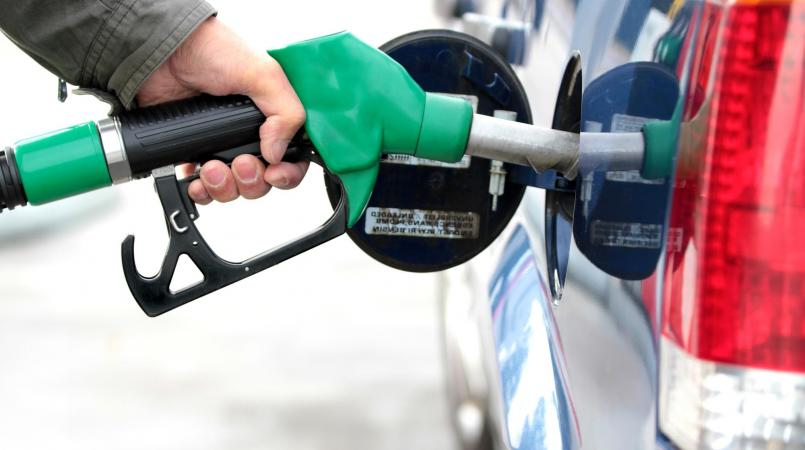 Average US gas prices fall 7 cents thanks to crude costs