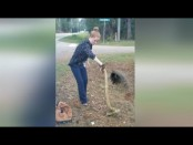Cop catches huge anaconda with bare hands (Video)