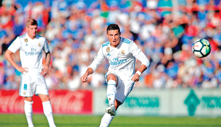 Ronaldo rescues Real, Suarez earns Barca point