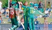 Faf du Plessis congratulates Dwaine Pretorius for taking the wicket