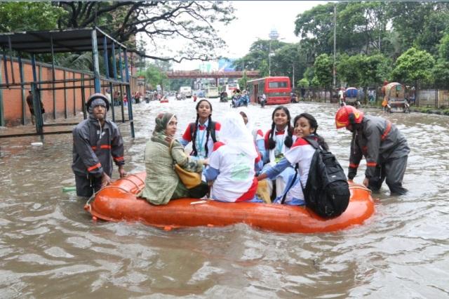 Rain-hit city dwellers enjoy boat service!