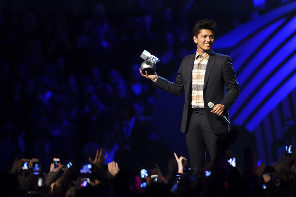Shawn Mendes wins best artist at MTV Europe Music Awards