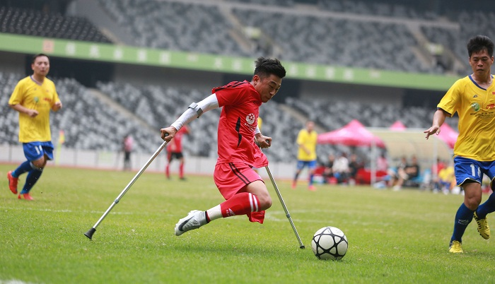 One-legged football 'king' melts Chinese hearts