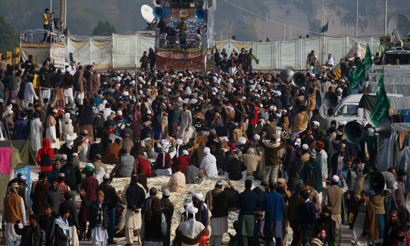 Pakistan extends deadline to end Islamist rally for 24 hours