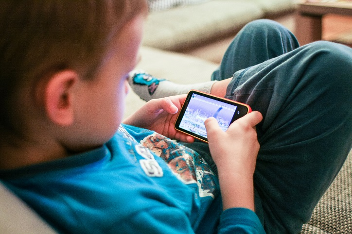 Smartphone use before sleep may make your kid obese